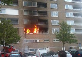 24-Apr-2014 8:43 - FLAT SWEELINKCPLEIN DEN BOSCH ONTRUIMD NA BRAND. Een flatgebouw aan het Sweelinckplein in Den Bosch-Zuid is donderdagochtend deels  ontruimd nadat in een woning op de eerste verdieping brand was ontstaan.