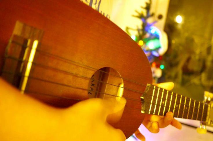 【Mama's Hawaii】  息子の通う地元公立小学校では音楽の授業でウクレレを習います。うらやましいぞー。  で、ウクレレ買いました。 Kapahulu通りのGoodguy's music & soundという楽器屋さんで$40!  クリスマスの発表会に向けて楽しく練習中♫  ::by Mama A::