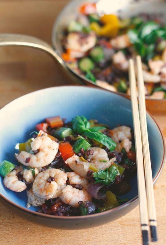 Pranzo all'ombra con riso venere, verdure, gamberi e erbe aromatiche