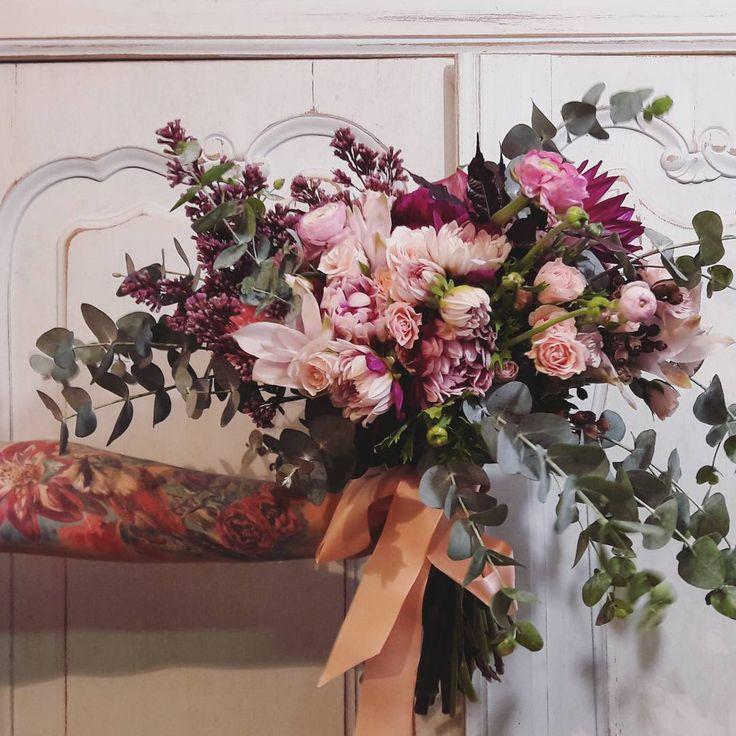 #dalias e #ranunculos <3 no bouquet e no braço....kkk .... #bouquet #vivigratz #casamento para renovação de votos da querida @manuguerramua