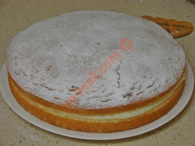 Alman pastasının keki için; derin bir kaba 3 adet yumurta kırın. Üzerine 1 su bardağı toz şeker ekleyip, 3-4 dakika köpürene kadar çırpın. Ardından yarım su