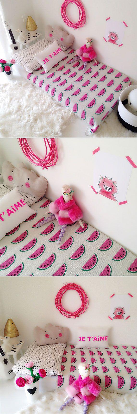 una hermosa habitación para niña que aprovecha el fucsia para dar toques de color vibrantes en una habitación blanca. #habitacionesparaniñas #habitacionesinfantiles