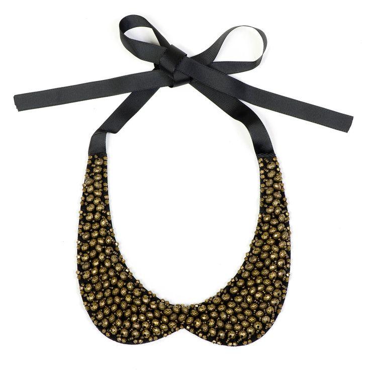 Nina Leonard, collana dalla forma a colletto con base in feltro sulla quale sono cucite delle perline sfaccettate.