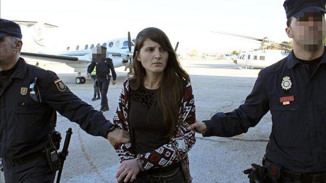 Ione Lozano Mujer arrestada por crimen asociado con el ETA es trasladada.  Ejemplo de la participación de las mujeres en este grupo terrorista.