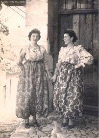 Αγιάσος Λέσβου. Από το βιβλίο «Η Λεσβιακή Παραδοσιακή Φορεσιά, 18ος – 19ος αι.» της Μαρίας Αχ. Αναγνωστοπούλου, Δ΄ έκδοση, Μυτιλήνη 1996.)
