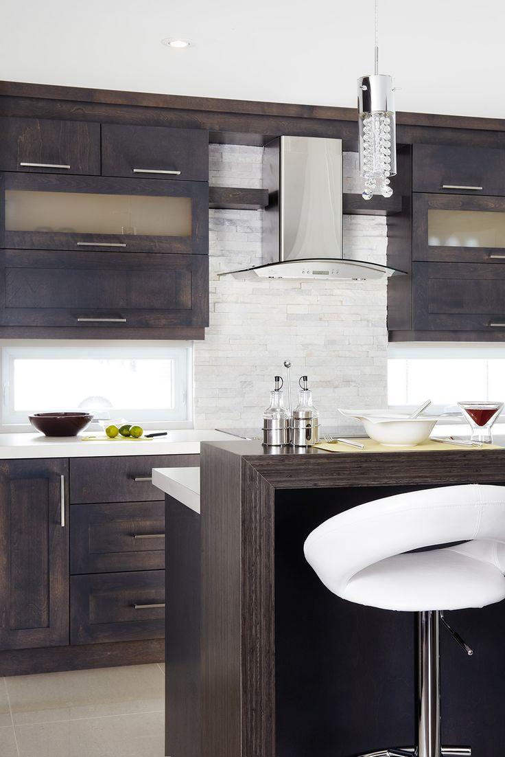 Les armoires de la cuisine et l'îlot ont été réalisés en placage de merisier teint. Comptoir en stratifié.