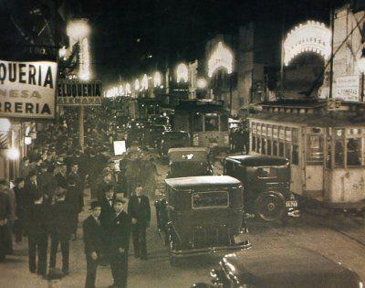 Recién ensanchada. La Avenida Corrientes en la década del 30, se ven las medianeras de la edificación que quedo en pie en la acera de impares.