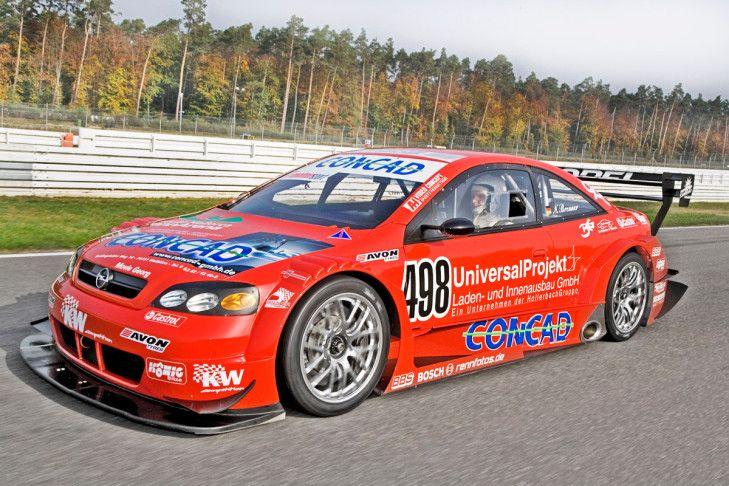 In seinem ersten Leben war dieses Opel Astra V8 Coupé in der DTM zu Hause. Seit 2007 stürmt der rote Blitz mit Pilot Norbert Brenner die Berge rauf – und das mit 530 PS.