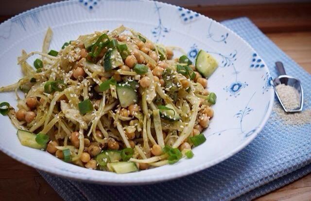 Salat med hvidkål og pesto
