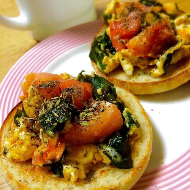 まだまだある須磨の初採りワカメ、トマトと卵でスクランブルエッグに✨ バターたっぷり、黒胡椒と乾燥ハーブ(タイム)をパラパラ。 カリカリマフィンに。  ワカメとトマト、卵、とっても合います〜✨ - 205件のもぐもぐ - ワカメと卵、トマト、ハーブバターのスクランブルエッグでマフィン♡ by angiee2014
