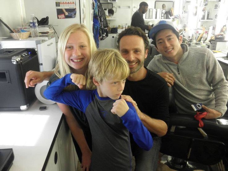 Steven Yeun Andrew Lincoln And Kids In Twd Dressing Rooms Walking Dead Pinterest Steven