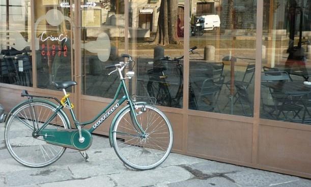 Biciclete fac parte din viața italienilor care locuiesc în nordul țării. Ceva mai în sud mai toți se deplasează pe scutere dar aici, în Liguria și Piemonte preferă bicicletele. La orice oră din zi, fie că sunt bătrâni sau tineri, femei sau bărbați, pe stradă ori în parc, cu toții pedalează de zor.