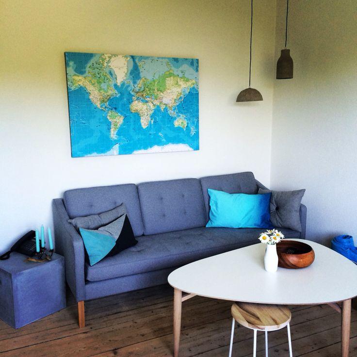 Stue møbler verdenskort beton blå indretning bolig boligindretning ...