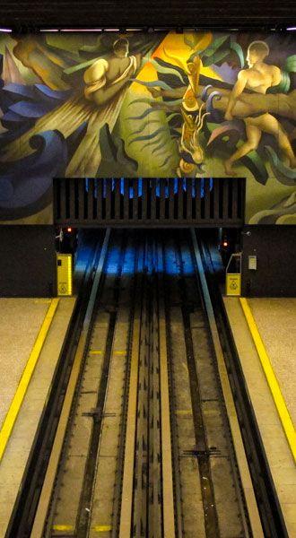 """Mural llamado """"Memoria Visual de la Nación"""" creado por Mario Toral en la estación del metro Universidad de Chile."""