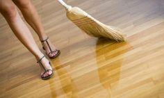 Scoprite alcune ricette per un detersivo per pavimenti fai da te da preparare con pochi ingredienti economici che avrete sicuramente sotto mano.