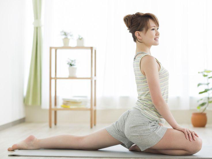 ずっと立ちっぱなしだったり、あるいは座りっぱなしだったり、サイズの小さいショーツで締めつけていたり。いつの間にかリンパの流れが滞ってしまっていることの多い股関節。ここを柔軟に保つだけで、スッキリとした下半身に近付けるんです!