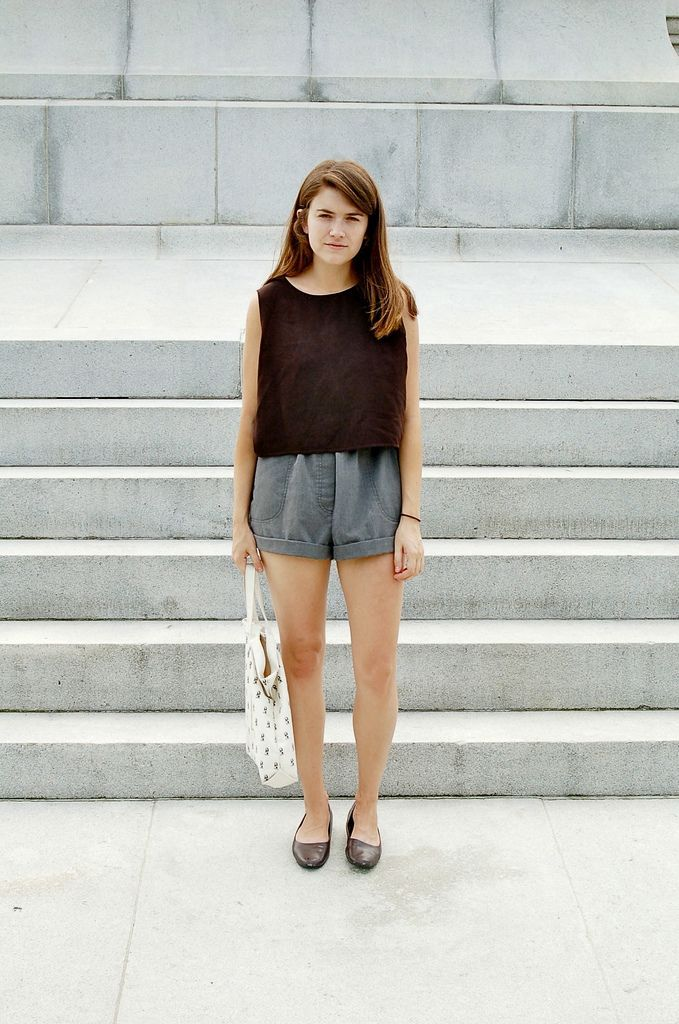 gray shorts outfit