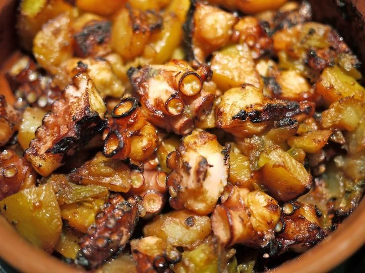Che vi piaccia a insalata, alla gallega o alla Luciana, affogato, alla brace o semplicemente lessato con un filo di olio e del succo di limone il polpo è sempre ...