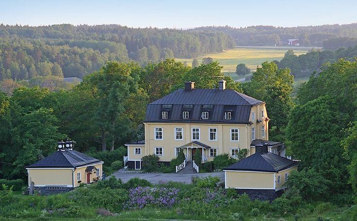 Tillfälle att förvärva bostadsrätt i ett säteri från 1600-talet. 268 kvm i 3 våningar med lång historia och välbevarade detaljer. Skuldfri förening!