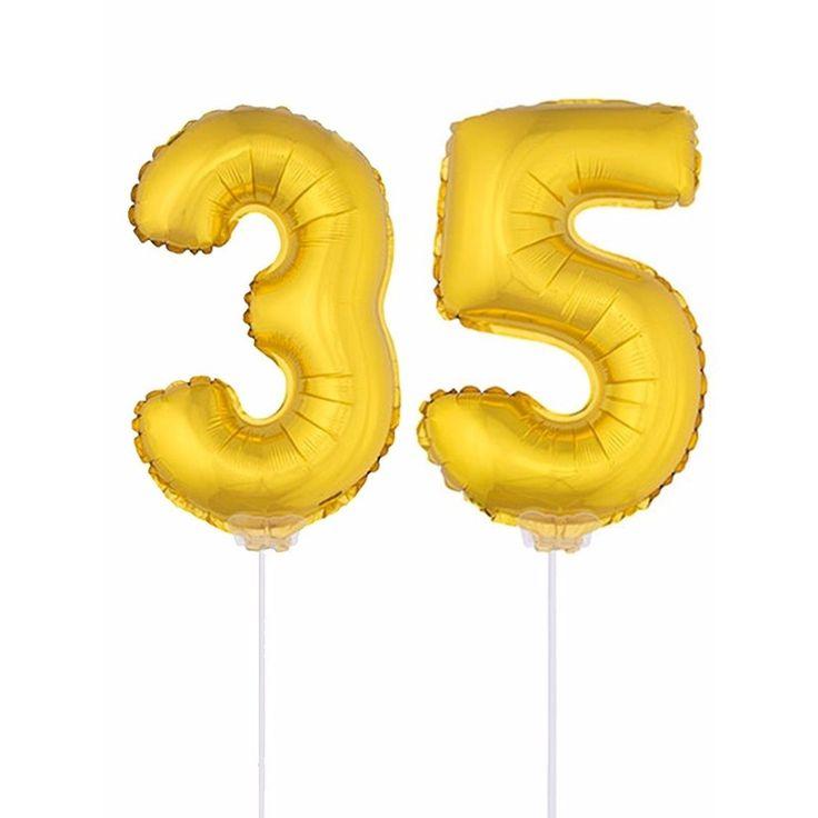 Gouden opblaas cijfer 35 op stokjes. Beide ballonnen zijn ongeveer 41 cm. Door middel van de ballonstokjes kun je de cijfers in een zachte ondergrond plaatsen. De ballonnen zijn alleen geschikt voor lucht.