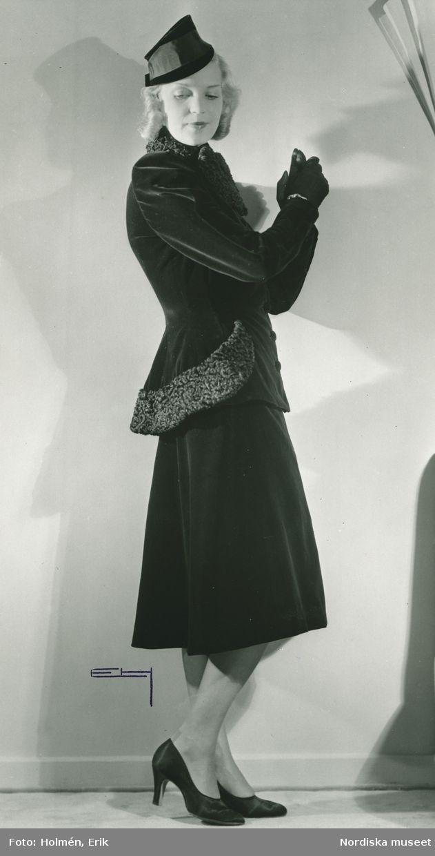 1939. Från Jeanne Paquin, Paris. Helporträtt av kvinna i dräkt i svart velvetin och sammet. Foto: Erik Holmén