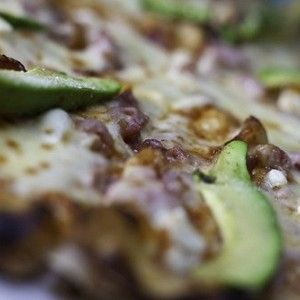 Пицца с авокадо, ветчиной и сыром
