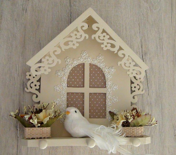 Porta Chaves em MDF pintado a m�o com tinta PVA. Apliques em renda, cesta em palha com mini flores e pomba em isopor e penas.
