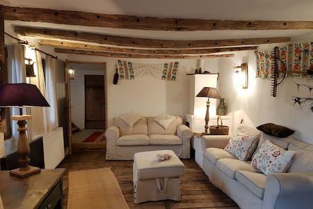 Regardez ce logement incroyable sur Airbnb : Charming cottage in the Carpathian Mountains - Maisons à louer à Râul Alb de Sus