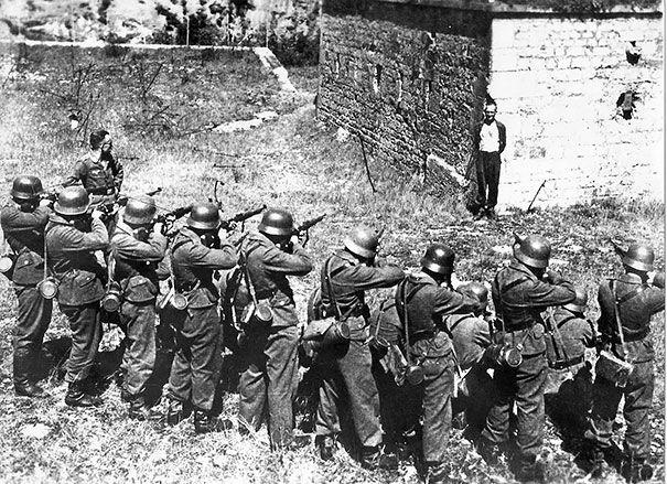 Un membre de la Résistance française, sur le point d'être fusillé, souriant aux Allemands. [1944]