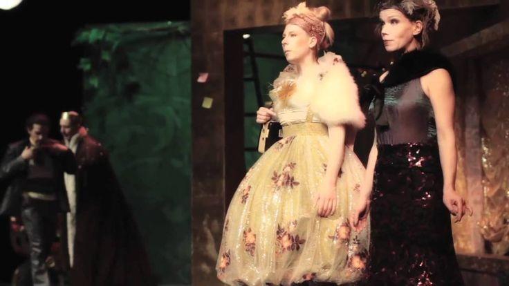 CINDERELLA (Trailer) Rheinisches Landestheater Neuss Spielzeit 2011/12  Cinderellas Vater hat sich nach dem Tod ihrer Mutter neu verheiratet. Die Stiefmutter mit ihrer Tochter zieht auch gleich ins Haus ein. Nun bekommt Cinderella alle ungeliebten Hausarbeiten aufgebürdet. Sie muss neben dem Herd in der Asche schlafen und wird so zum Aschenputtel. Doch auch das Aschenputtel hat Freunde! Zwei freche Tauben stehen ihr bei und verhelfen ihr zu ihrem Recht. Eines Tages lädt der Prinz auf das…