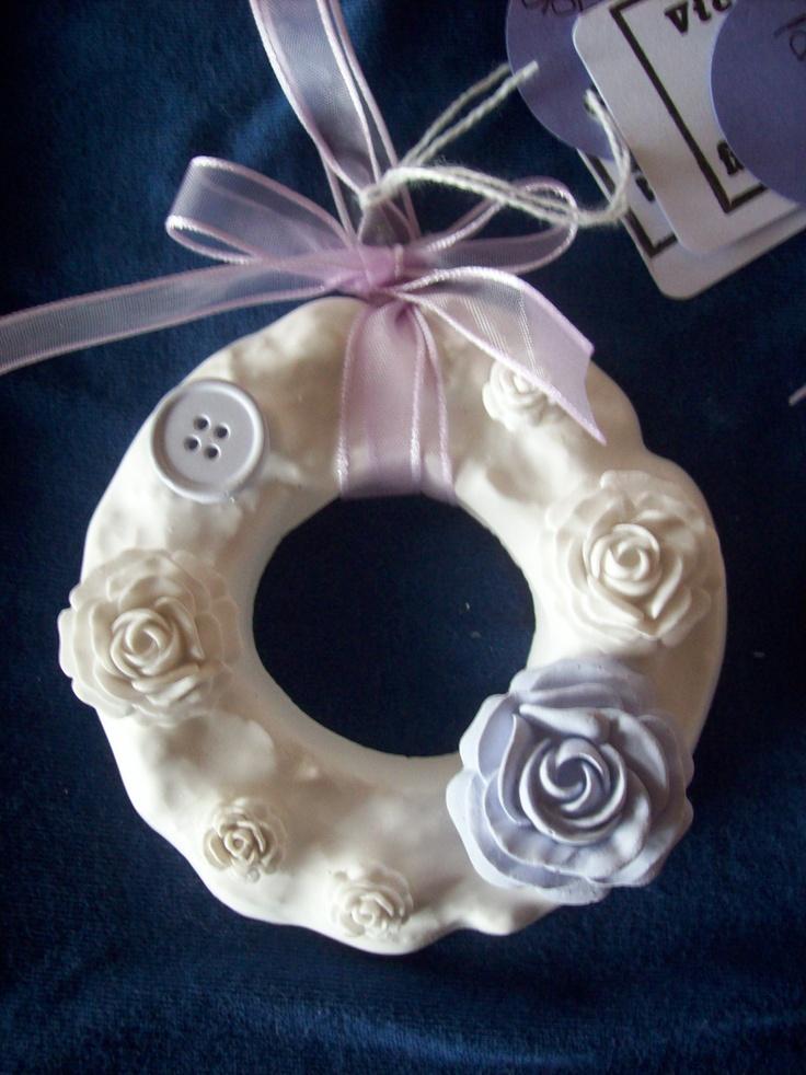 Ghirlanda in ceramica con applicazioni, nei colori della fragranza a cui è abbinata. Questa è alla lavanda.