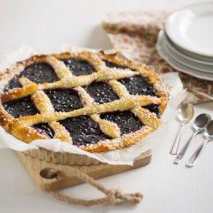 Mustikkapiirakka | Keskikesän kruunaamaton leivoskuningatar lienee mustikkapiiras. Tässä reseptissä on kaikki klassikon ainekset: pullapohja ja runsaasti mustikkaa..