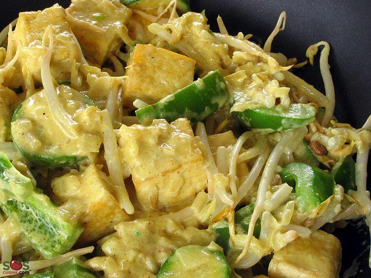 SOSCuisine: #Tofu poêlé à l'#indienne  Tofu et légumes dans une sauce au cari.  Il s'agit d'un mets de « cuisine fusion »: la technique de cuisson rapide à la chinoise est suivie ici par un assaisonnement indien.