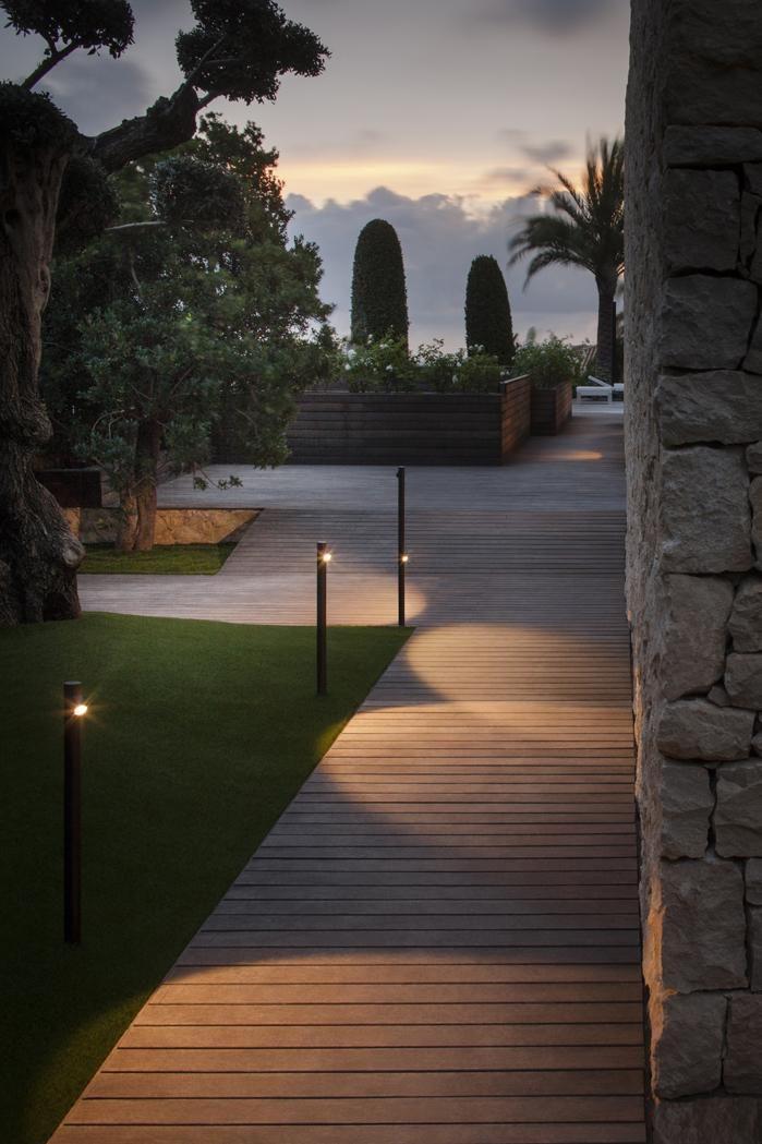 Jasny ogród nawet nocą. Zachód słońca i wczesny wieczór to jedna z najpiękniejszych pór dnia. Warto spędzać ją poza domem, w ogrodzie, oddychając świeżym powietrzem i ciesząc się wieczorną ciszą. By nadać zmierzchowi sentymentalny klimat, warto zainstalować wzdłuż ogrodowych chodników lampki, które oświetlą półmrok. Poprawią one widoczność, więc nie zaskoczy nas nawet najmniejsza przeszkoda na naszej drodze. #ogród #lampy #wieczór ##lampa ##solarna
