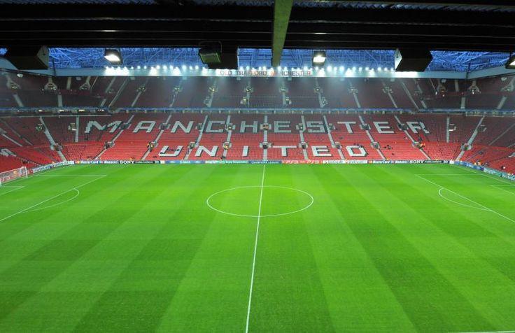 """Old Trafford - Manchester - 76 212 places  Le """"Théatre des rêves"""" est le plus grand stade de Premier League avec ses quelque 76 000 places assises. Le stade de Manchester United depuis 1909 a subi son dernier lifting en 2000 avec l'extension de la tribune Ouest. (L'Equipe)"""