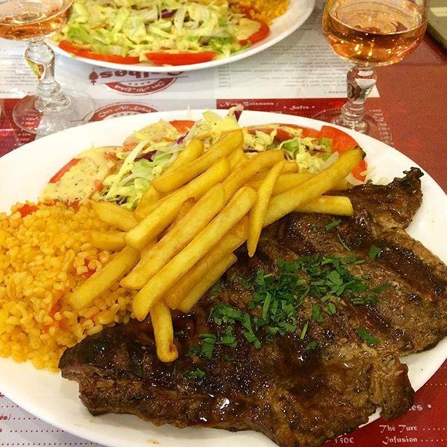 その名も「ステーキ」という名前のスペクトルを観劇後(ボクサーのストーリーですが)、どうしてもステーキが食べたくなり劇場近くのビストロに駆け込んでステーキを食す(笑)あぁ落ち着いた😋 ・ #本当は家で鯖を食べるはずだった ・ #ステーキ#ばんごはん #ビストロ#レストラン#happytime #happy #外食#肉#entrecote #steak #restaurant #bistro #cuisinefrançaise #steakfrites