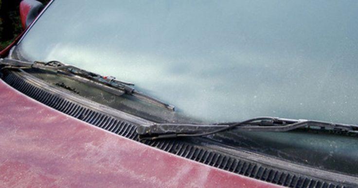Cómo usar el limpiaparabrisas y el desempañador de un auto. Cómo usar el limpiaparabrisas y el desempañador de un auto. El desempañador frontal o los limpiaparabrisas pueden parecer cosas triviales, pero son características importantes. Pueden inclusive salvar tu vida si estás conduciendo bajo una intensa lluvia o una tormenta de nieve. Necesitas familiarizarte con los mecanismos de control y saber cómo ...