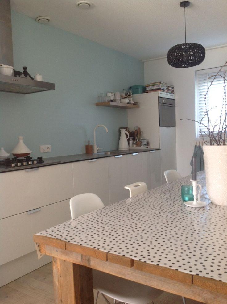 Inspiratie Keuken Muur : Strakke keuken met leuk kleur accent op de muur. Styling&Trends voor