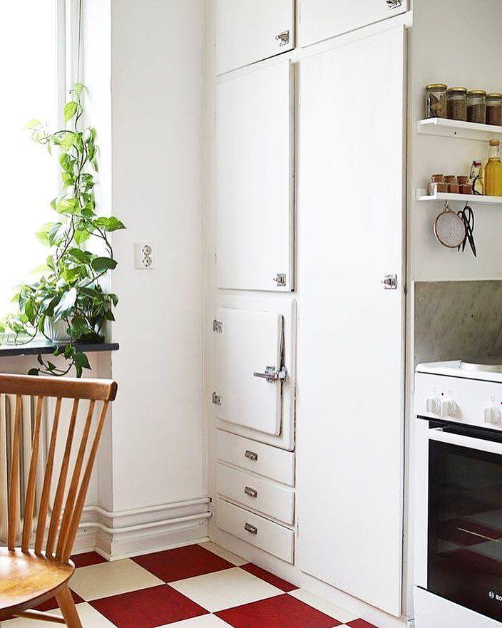 Vi gissar att detta är ett tidigt kylskåp. De var oftast inte så stora och vara en otrolig lyxvara när de kom. Till en början vara det många som fick hålla tillgodo med kallskafferiet. Bild via @stadshem #funkiskök #massivaträkök #byggnadsvård #kvalitet #köksinspiration #funkis #retrokök #retro #retrokitchen #hållbarhet #köksdetaljer