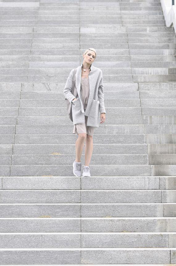 Tydzień na blogach  rebellook  Niepodzielna władczyni palety. Jeśli szarość, to wzięta bez pardonu i na jej warunkach. Szlachetny minimalizm i przepiękne zdjęcia.  Więcej na Moda Cafe!