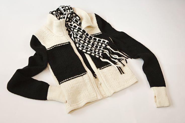 """Вязаная куртка с митенками в черно-белой гамме - это вечная тема. Приправьте их индивидуальностью и харизмой, ведь  эффектные широкие полосы куртки прекрасно уживаются с однотонными вещами или одеждой с принтами в черно-белой или цветной гамме. Стильную компанию куртке может составить шарф и свитер из коллекции """"Контрастов нам не помешает!"""". А черная юбка миди или макси,  которая есть в гардеробе любой модницы, эффектно завершит стройную линию силуэта."""