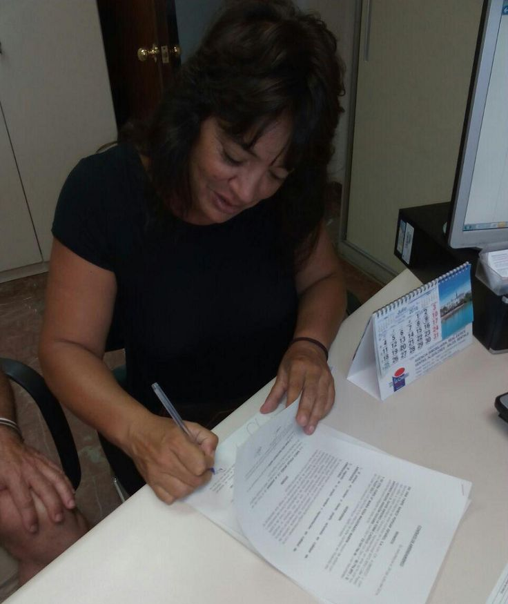ALMUÑÉCAR. Rosa Martín ha logrado un alquiler social con el Banco Popular gracias al apoyo de Stop Desahucios de Almuñecar y La Herradura, grupo del que forma parte. Rosa, de 45 años, vive en la ca…