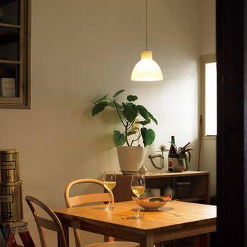 磁器製ペンダントライト1つでお部屋を照らした場合、少し暗めになります。無印のスタンドライトなどと組み合わせて、間接照明を楽しむお部屋づくりを目指しましょう。