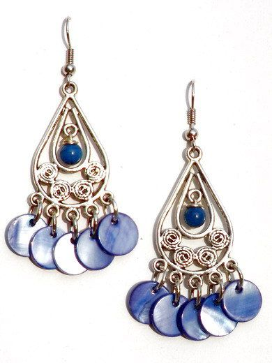 Blauwe oorbellen van parelmoer schelpkralen en halfedelsteen door PerElle