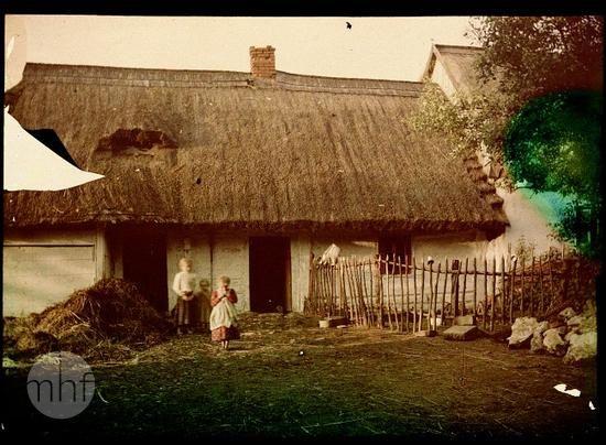 Wiejska zagroda. Fotograf Tadeusz Rząca. Polska - okolice Krakowa. 1910-1920. Utwór w domenie publicznej.