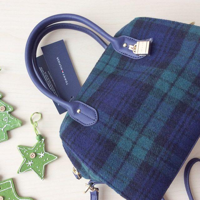 Tommy Hilfiger 6925575467 - 234₺ Kırçıllı kumaşı ile çok farklı, fermuarlı ve omuzda taşımak için askılı el çantası Duffel/Satchel çanta. Kırçıllı Kumaştır, Küçük boyuttadır. Sipariş için Arayabilir, SMS veya E-Posta yollayabilirsiniz.