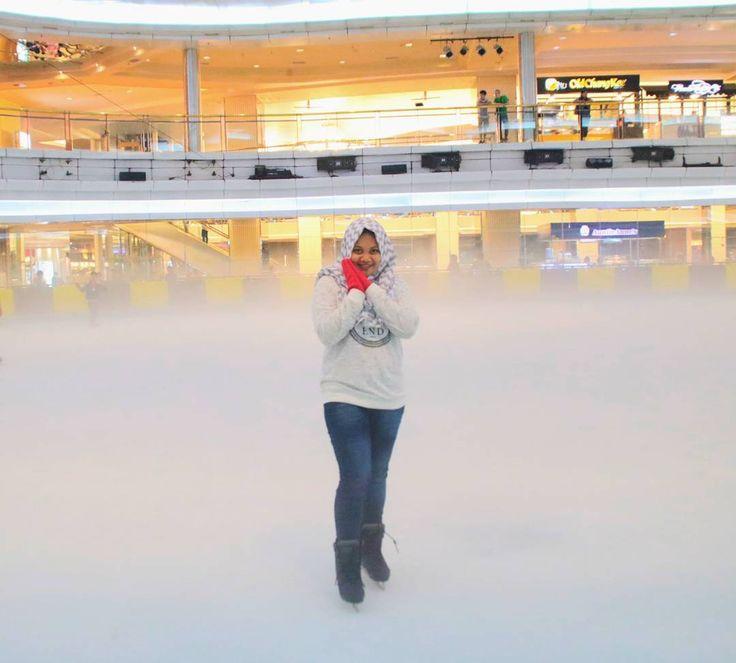 Di Mall Taman Anggrek kita bisa merasakan sensasi berbeda di wahana Ice Skating Sky Rink Mall Taman Anggrek. Wahana ini merupakan wahana bermain sky yang bisa dinikmati oleh anak-anak sampai dewasa.[Photo by instagram.com/elviravalianti_]