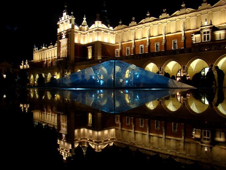 Nocna iluminacja krakowskiej fontanny Kryształ na Rynku Głównym. Fot. RMF FM