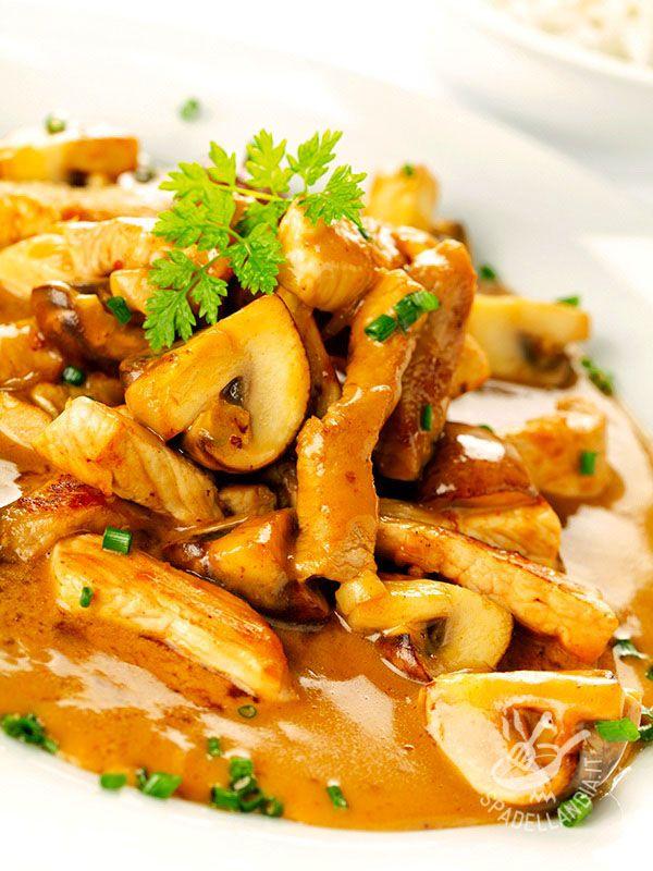 Sliced mushrooms - Gli Straccetti ai funghi sono una ricettina gustosa che vede protagonisti il petto di pollo, i funghi champignons e gli aromi. Semplice e veloce! #straccettiaifunghi
