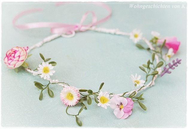 Der Haarkranz *Fleur* ist ein sehr romantischer Haarschmuck. Mit seinen zarten bunten Blümchen in pastellfarben ist er eine wundervolle Blumenkrone. Ranunkeln, Gänseblümchen, Hornveilchen, Bellis...